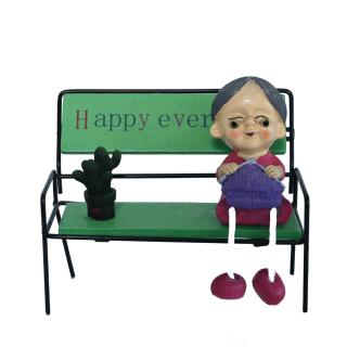 Show Piece Grandma on bench – HM0416